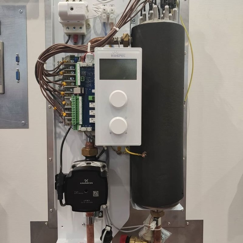 Котел электрический Kospel EKCO.MN3 4/6/8 кВт и 12/16/20/24 кВт оснащены встроенным погодозависимым регулятором, энергосберегающий насос и расширительный бак, а так же датчик уличной и комнатной температуры.